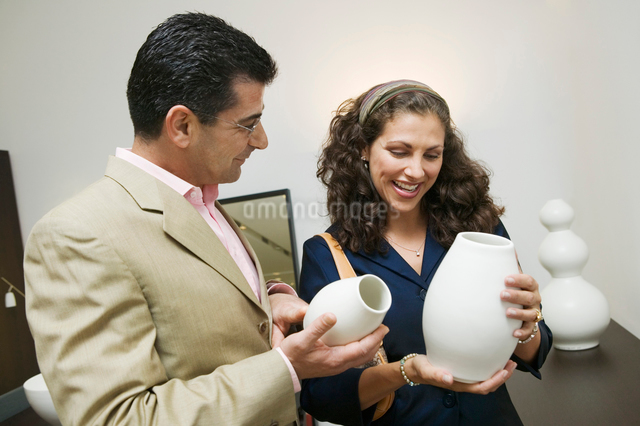 Couple Examining Vases in furniture shopの写真素材 [FYI03626984]