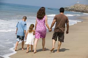 Family Walking Along Beachの写真素材 [FYI03627146]