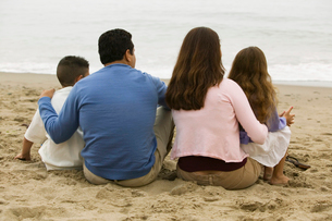 Family Sitting on the Beachの写真素材 [FYI03627147]