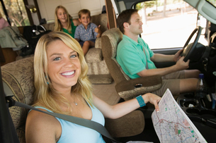 Family in RV on Summer Road Tripの写真素材 [FYI03627151]