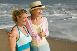 Mother and Daughter on Beachの写真素材 [FYI03627162]