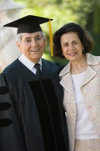 Senior Graduate and Wife outside  portraitの写真素材 [FYI03627186]