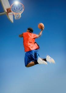 Basketball player shooting with ball  low angle viewの写真素材 [FYI03627269]