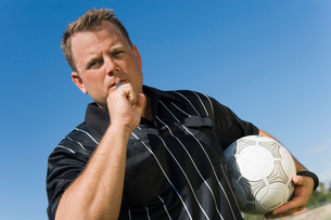 Soccer referee blowing whistle  portraitの写真素材 [FYI03627274]