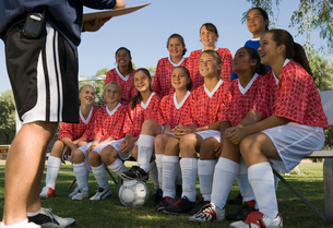 Coach talking to girls soccer team (13-17)の写真素材 [FYI03627283]