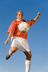 Girl (13-17) kicking soccer ball  portraitの写真素材 [FYI03627292]