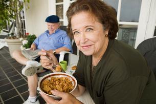 Senior couple having breakfast on porchの写真素材 [FYI03627341]