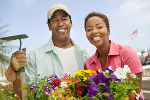 Couple gardening  (portrait)の写真素材 [FYI03627358]