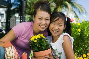 Mother and daughter gardening  (portrait)の写真素材 [FYI03627374]