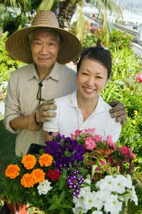 Senior man and daughter gardening  (portrait)の写真素材 [FYI03627379]