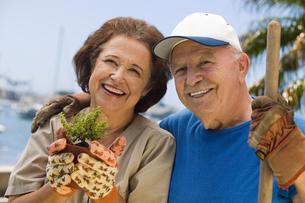Senior couple gardening  (portrait)の写真素材 [FYI03627380]