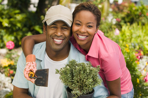 Couple gardening  (portrait)の写真素材 [FYI03627385]