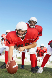 Centre and Quarterback ready to hike football on fieldの写真素材 [FYI03627394]