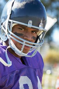 Football Player wearing helmet on field  portrait  (portraの写真素材 [FYI03627398]