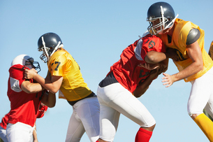 Football Players blocking during gameの写真素材 [FYI03627403]