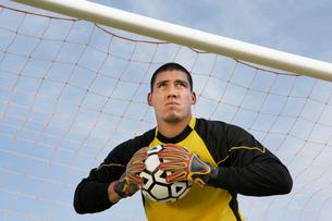Goalkeeper holding ball  portraitの写真素材 [FYI03627424]