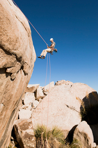 Man Rappelling on Cliff  side viewの写真素材 [FYI03627472]