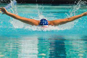 Woman swimming butterfly strokeの写真素材 [FYI03627487]