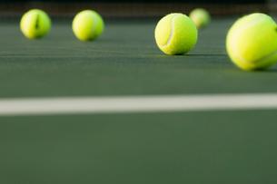 Tennis  Balls lying on Court  ground viewの写真素材 [FYI03627561]