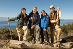 Four friends hiking at coast  (portrait)の写真素材 [FYI03627619]