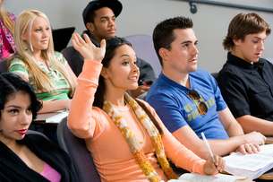 Student raising hand during class lectureの写真素材 [FYI03627685]