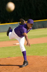 Baseball pitcher throwing ballの写真素材 [FYI03627751]