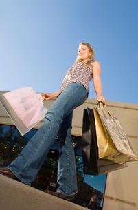 Young woman carrying shopping bags  outdoorsの写真素材 [FYI03627778]