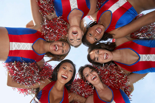 Cheerleaders in a Huddle from belowの写真素材 [FYI03627874]