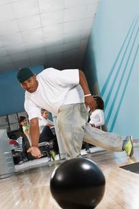 Young man releasing bowling ball  portraitの写真素材 [FYI03627908]