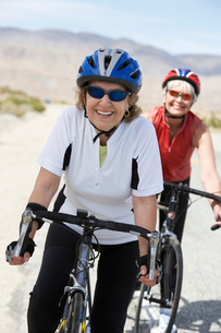 Two women on bicycle ride  portraitの写真素材 [FYI03627919]
