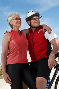 Couple on bicycle ride  portraitの写真素材 [FYI03627930]