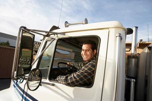 Man driving truck  close upの写真素材 [FYI03627965]