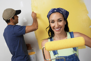 Couple painting interior wall yellowの写真素材 [FYI03628089]