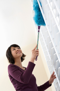 Woman dusting  low angle viewの写真素材 [FYI03628112]