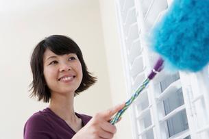 Woman dustingの写真素材 [FYI03628115]