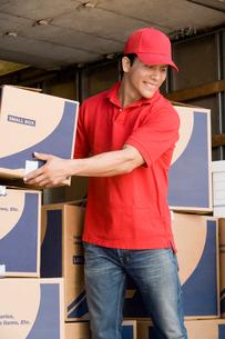 Man unloading a removal vanの写真素材 [FYI03628192]