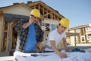 Builders building a houseの写真素材 [FYI03628245]