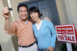 Couple with keys to new homeの写真素材 [FYI03628252]
