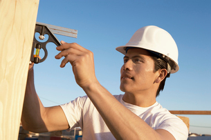 Construction Worker in Hard Hat Building Houseの写真素材 [FYI03628256]