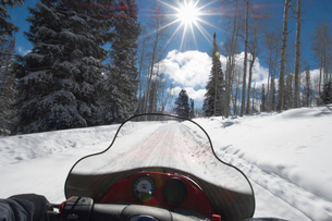 Person driving snowmobile through snow  personal perspectiの写真素材 [FYI03628264]