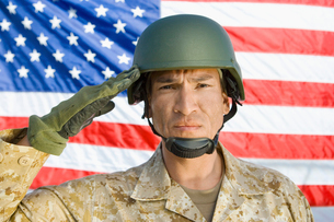 Soldier saluting in front of United States flag  (portraitの写真素材 [FYI03628278]