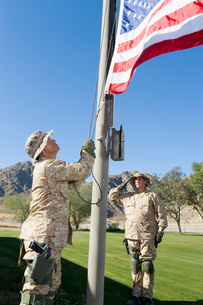 Soldiers raising United States flag  outdoorsの写真素材 [FYI03628283]