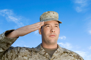 Soldier saluting against sky  (close-up)の写真素材 [FYI03628289]