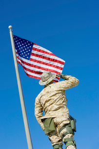 Soldier saluting United States flag  outdoors  (low angleの写真素材 [FYI03628307]
