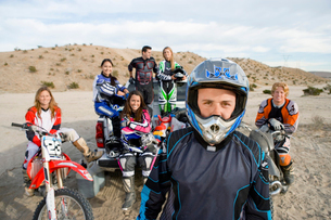 Motocross racers in desert  (portrait)の写真素材 [FYI03628317]