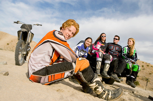 Motocross racers in desert  (portrait)の写真素材 [FYI03628318]