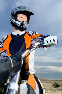 Motocross racer on bike in desertの写真素材 [FYI03628342]