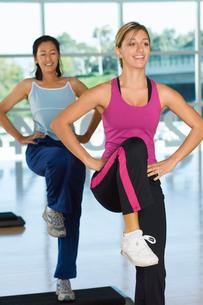 Two women in step aerobics classの写真素材 [FYI03628348]