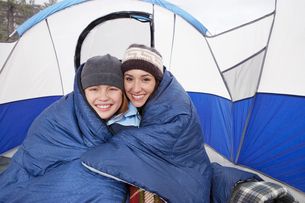Mother and daughter (10-12) in tent  (portrait)の写真素材 [FYI03628356]