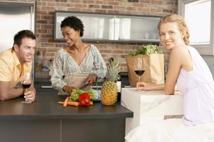 Friends preparing dinner together  portraitの写真素材 [FYI03628568]